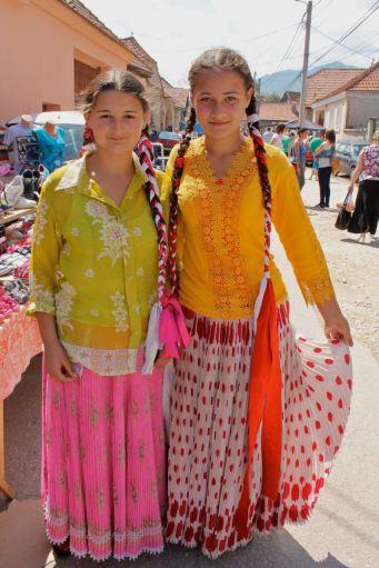 Gypsy girls in Zarnesti